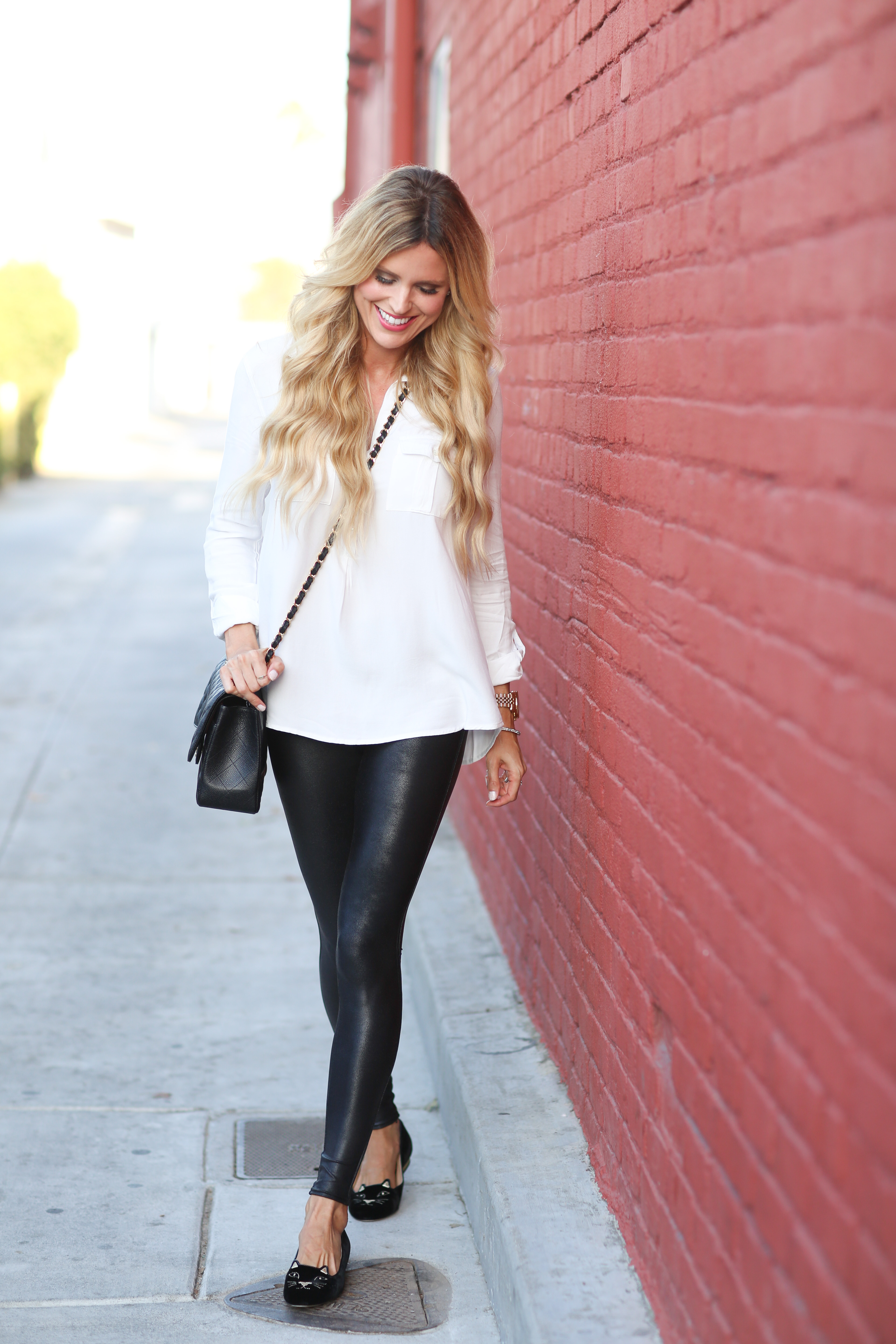 Faux leather leggings are a great alternative to regular leggings or jeggings. They sill have the comfort and the slim silhouette, but add a badass edge or bit of shine. This look is perfect for running errands, hanging out with friends, and enjoying a relaxed weekend.